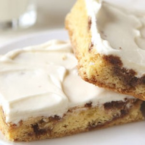 These Cinnamon Roll Blondies Are Perfect